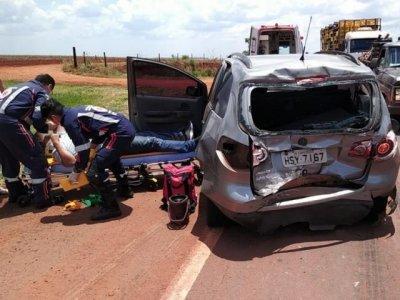 Traseira do veículo ficou destruída após colisão envolvendo carreta (Foto: Adilson domingos)