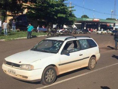 Carro com placas de Ponta Porã foi crivado por tiros de pistola 9 mm (Foto: Porã News)