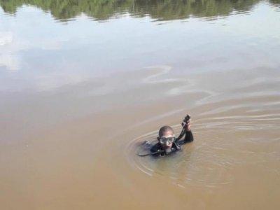 Bombeiro procura corpo de homem no Rio Paraguai (Foto: Divulgação
