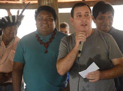 Antonio dos Santos está de cocar na foto