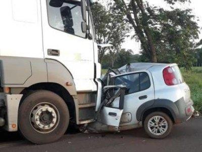 Veículo em que as vítimas estavam ficou destruído. (Foto: A Voz das Cidades)