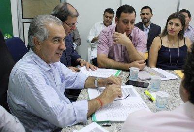 Governador conversa com o prefeito de Aquidauana Odilon ribeiro e a primeira dama Maria Eliza