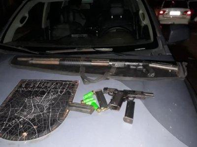Armas, carregadores e munições foram encontrados com o trio. (Foto: Divulgação/Batalhão de Choque)