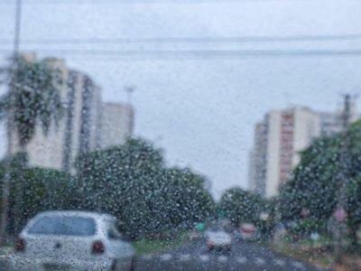 Apesar do tempo mais aberto em alguns regiões da Capital, garoa vai e volta (Foto: Henrique Kawaminami)