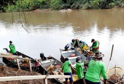 Resíduos retirados do rio.