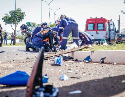 Socorristas do Samu tentando reanimar vítima de acidente. (Foto: Henrique Kawaminami)