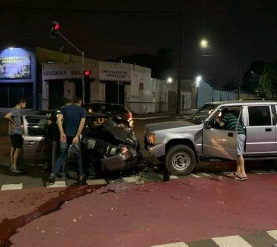O veículo Gol ficou com a frente destruída (Foto: Direto das Ruas)