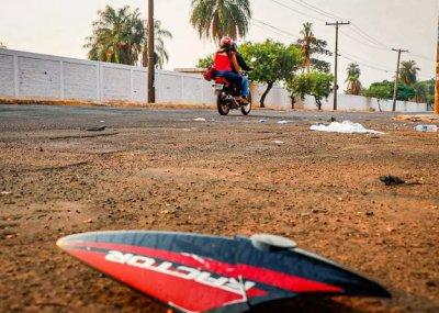 Pedaços da carenagem da moto ficaram espalhados no local (Foto: Henrique Kawaminami)