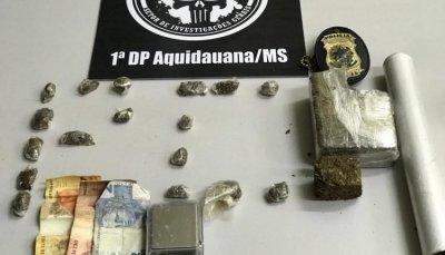 Entorpecentes e outros objetos apreendidos com o suspeito. Foto: Divulgação